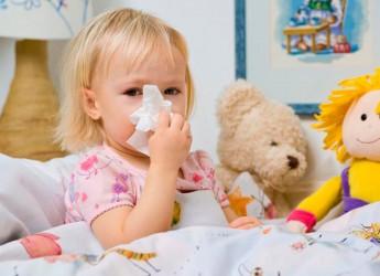 Если насморк у ребенка долго не проходит, нужно сменить медикаментозное средство на народное.