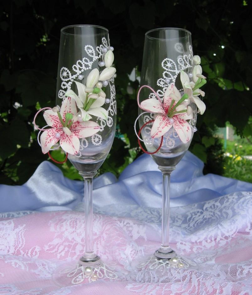 Красивые искусственные цветы, собранные в фантазийную композицию, прекрасно подойдут для украшения фужера.