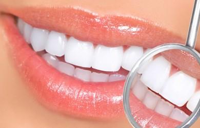 Аллергический стоматит у взрослых может развиваться при повышенной чувствительности к компонентам зубной пасты, приеме некоторых лекарств