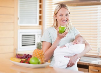 Некоторые продукты, съеденные кормящей мамой, могут вызвать аллергию у малыша.