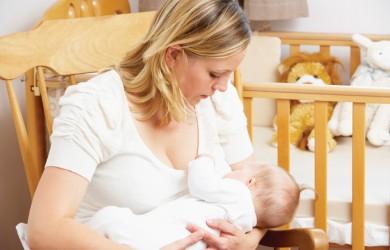 Врачи не рекомендуют прекращать кормление на время лечения, так как вместе с материнским молоком младенец получает антитела, защищающие от заражения.
