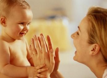 У ребенка в 8 месяцев на новый этап переходит понимание речи и диалог с взрослым.
