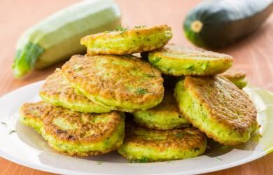 Нежные сладкие оладушки, приготовленные из кабачков, станут отличным завтраком и прекрасной альтернативой любому желанному, но не очень полезному десерту.