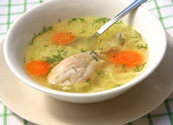 Куриный суп на нежирном бульоне - одно из самых полезных блюд для годовалого малыша.