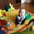 Малыш в 6 месяцев может захватывать предметы из разных положений, перекладывать их из одной ручки в другую, играть самостоятельно, без посторонней помощи.